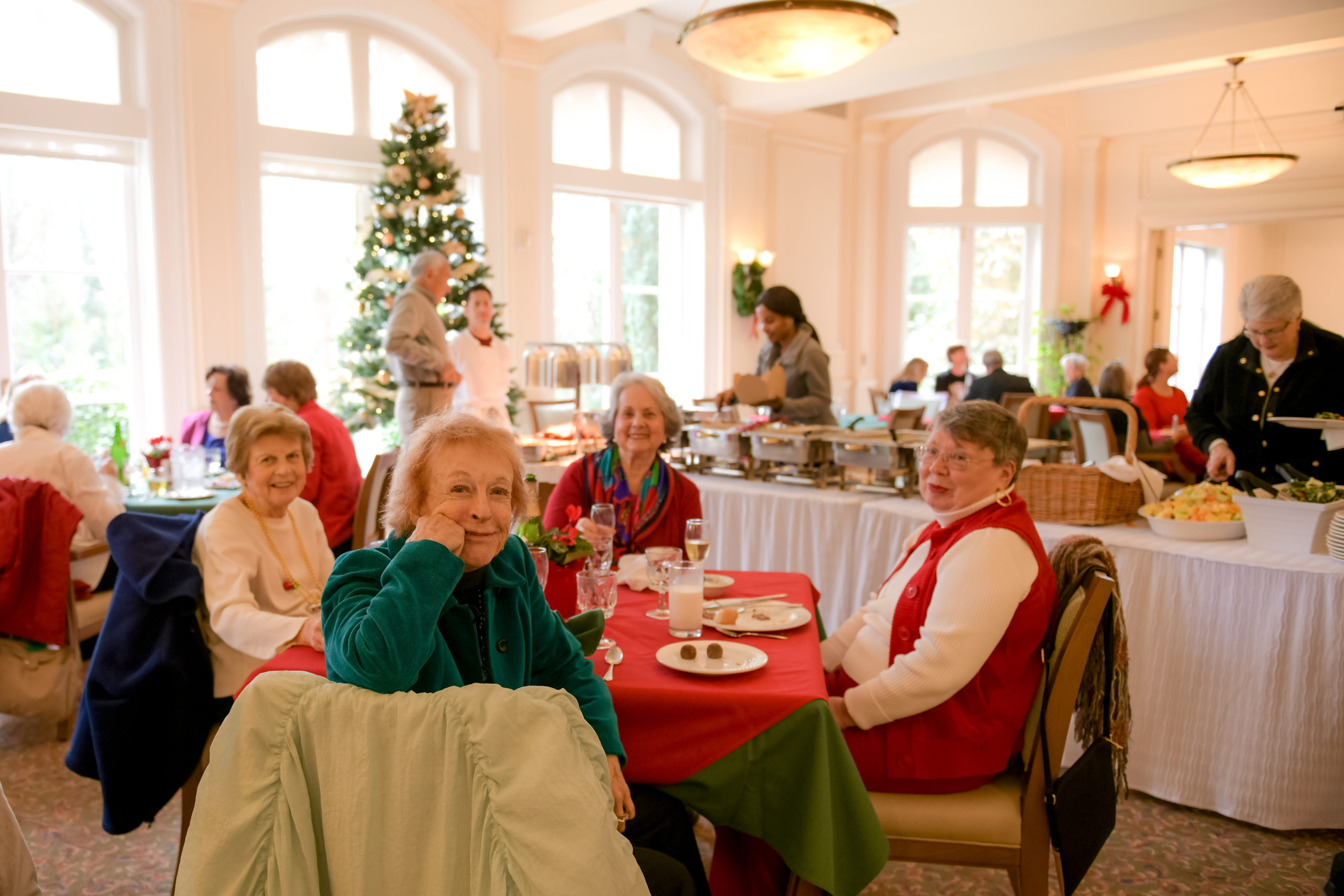 Arden Wood Christian Science senior independent living residents in dining room